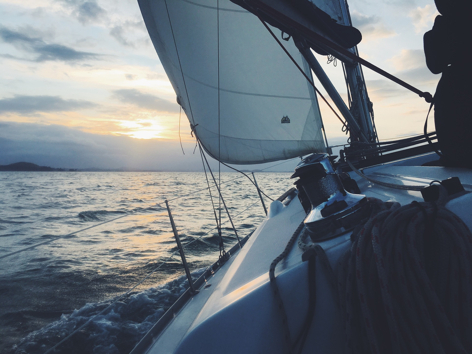 The Great Lakes have ideal open water sailing conditions.